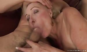 Grannyfucker Tomi penetrates the mature furry box of his new girl Sila