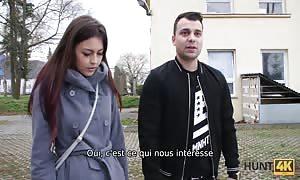 HUNT4K. Chatte rasée est pénétrée dur devant son petit ami