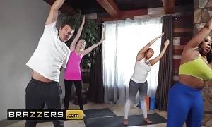 Brazzers - Thicc ebony yoga lady Aryana Adin takes white schlong